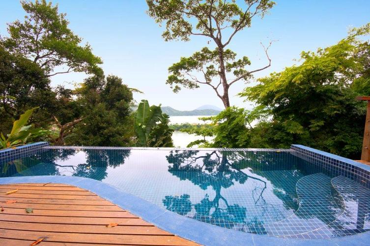 Deck com piscina e vista esplêndida